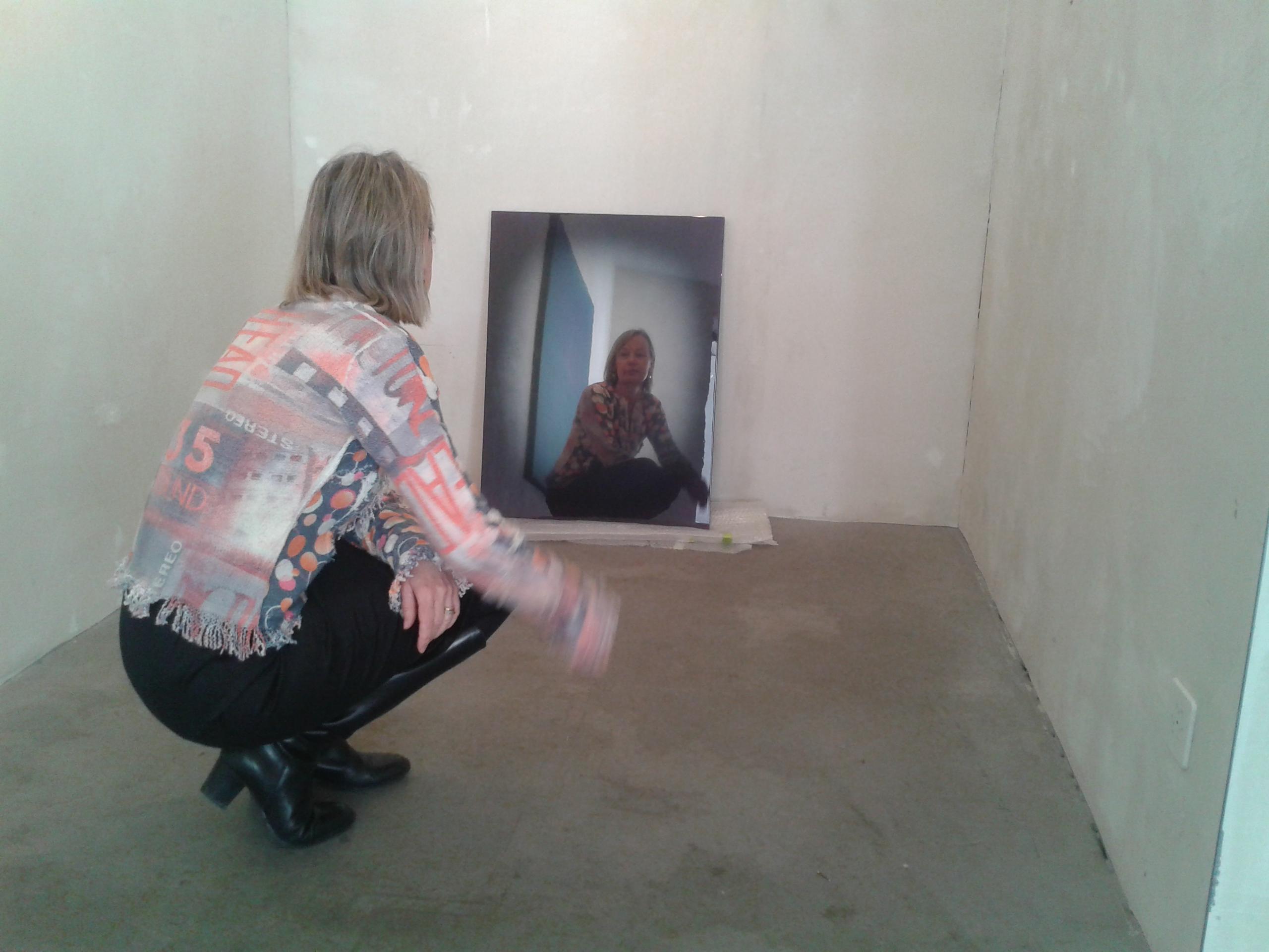 Béatrice Brunner beim Einrichten der Ausstellung von Nils Nova