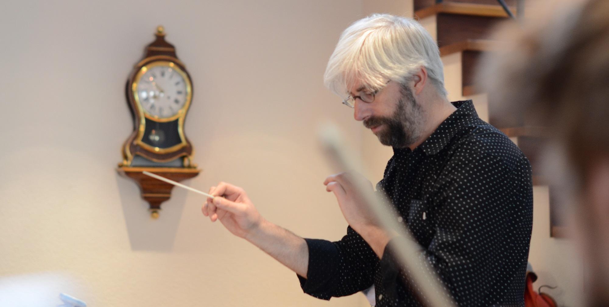 Dirigent Matthias Kuhn hat das ensemble proton bern 2011 gegründet