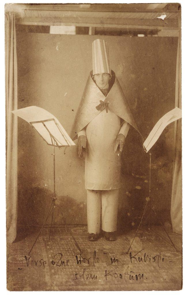 Dadaist Hugo Ball im kubistischen Kostüm (ZVG)