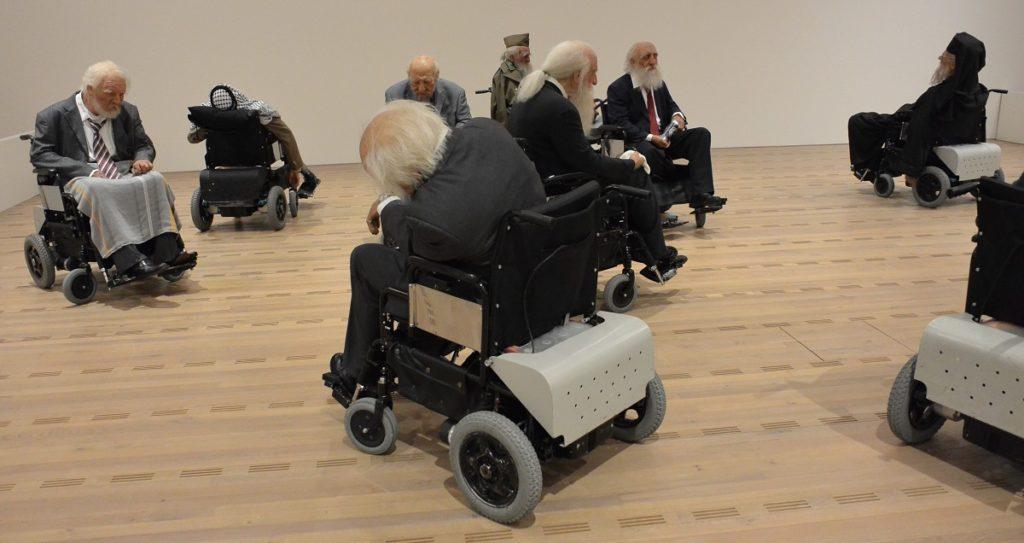 Mächtige Männer in Rollstühlen - Installation von Sun Yuan und Peng Yu