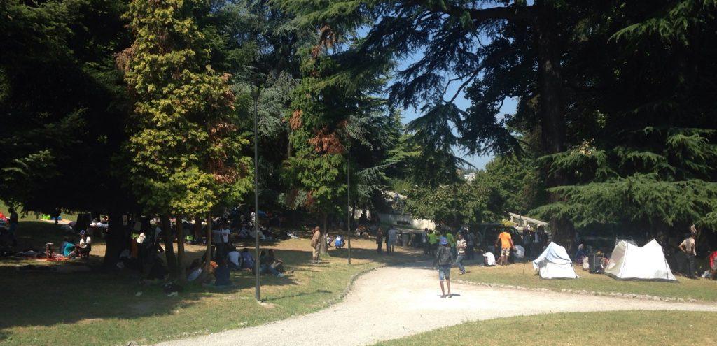 Gestrandete Geflüchtete in einem Park in Como