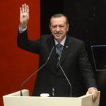 Das waren noch Zeiten... Recep Tayyip Erdoğan macht das Rabia-Zeichen und solidarisiert sich mit der protestbewegung in Ägypten. (Quelle: Wikipedia)