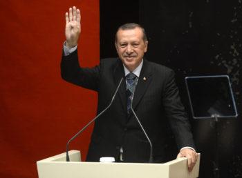Das waren noch Zeiten... Recep Tayyip Erdogan macht das Rabia-Zeichen und solidarisiert sich mit der protestbewegung in Ägypten. (Quelle: Wikipedia)
