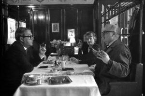 Friedrich Dürrenmatt im Gespräch mit Max Frisch in der Kronenhalle in Zürich (ca. 1961). Im Hintergrund sitzt die Frau von Max Frisch, Karolina Bettina Frisch