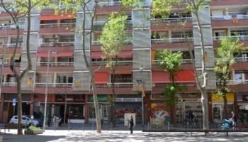 Haus im Quartier Sants in Barcelona - mit zahlreichen katalanischen Flaggen