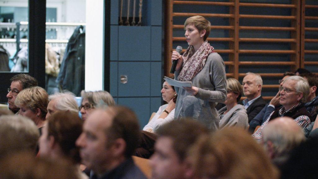 Johanna Gündel wehrt sich gegen Fremdenfeindlichkeit. (Filmstill: Willkommen in der Schweiz)