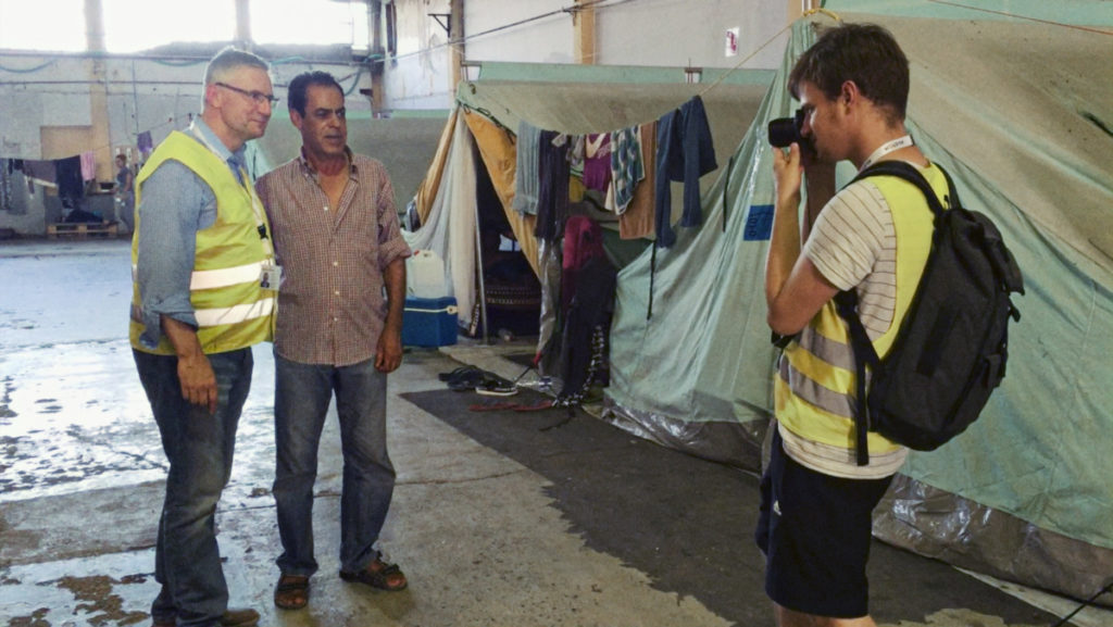 SVP-Hardliner Andreas Glarner im Flüchtlingslager in Griechenland (Filmstill: Willkommen in der Schweiz)