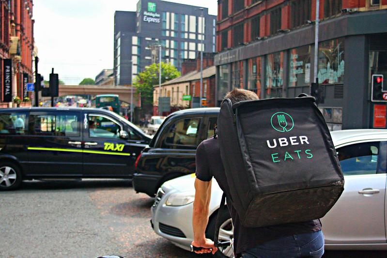 UberEats verliert vor Gericht, Fahrerinnen sollen offiziell als angestellt und nicht selbständig gelten