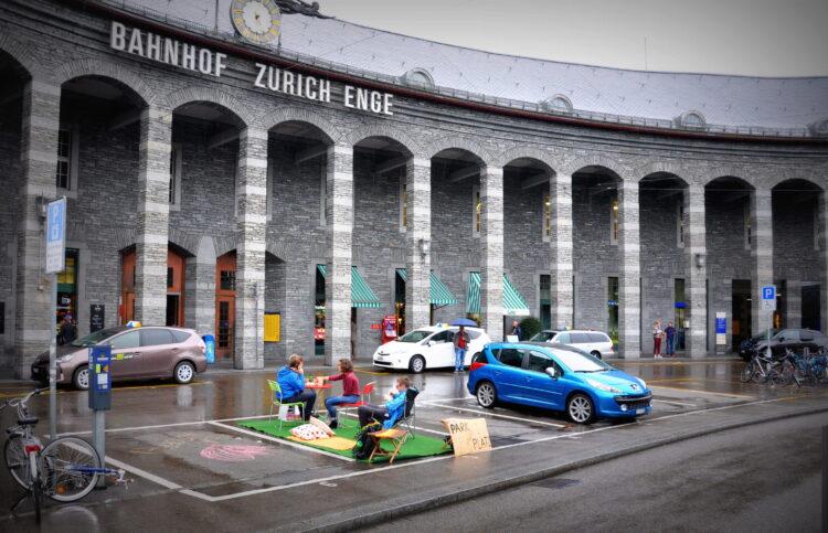Am Parking Day besetzen Menschen Parkplätze in der ganzen Schweiz. Eine Reduktion von Parkplätzen leiste einen entscheidenden Beitrag zur Erhöhung der Lebensqualität.