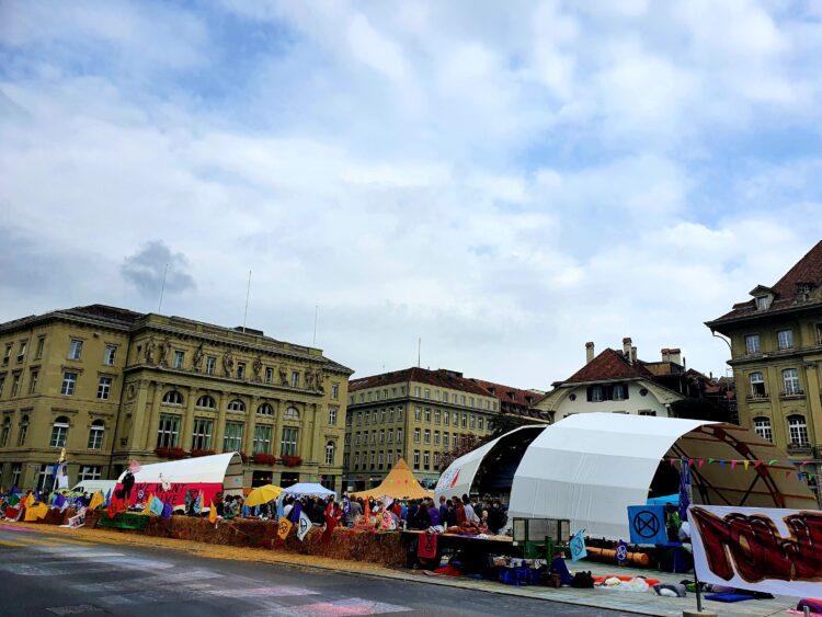 Klimabewegung Schweiz besetzt Bundesplatz in Bern und setzt so ein Zeichen in der Klimakrise und fordert einen Systemwechsel und Klimagerechtigkeit