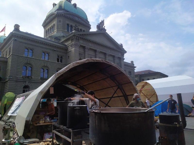 Die Klimaküche im Einsatz für die Aktivisten und Aktivistinnen von Rise up for Change auf dem Bundesplatz.