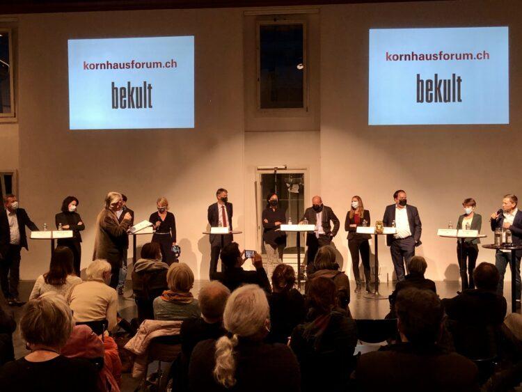 Die 11 Gemeinderatskandidaten diskutieren während einer Podiumsdiskussion im Kornhausforum Bekult über die Kultur in der Stadt und Region Bern und ihre Zukunft während Corona