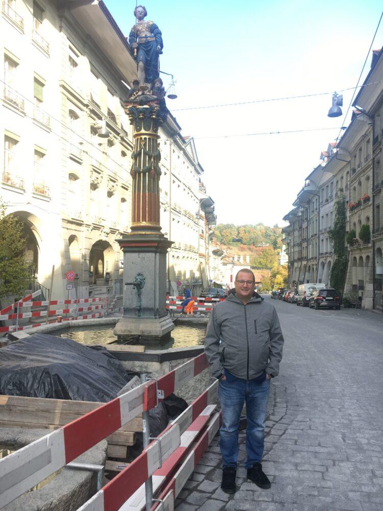 Niklaus Mürner von der SVP vor seinem selbstbestimmten Unort in Bern dem Gerechtigkeitsbrunnen im Rahmen von der RaBe-Wahlserie im Vorfeld der Stadtratswahlen vom 29. November 2020