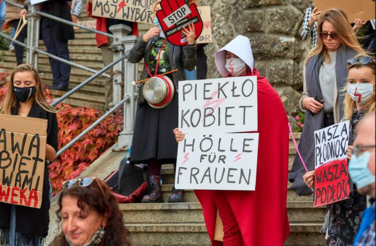 In Polen sind gestern fast eine halbe Million Menschen auf die Strasse gegangen um gegen die Verschärfung der neuen Abtreibungsbestimmungen zu protestieren. Die Verschärfung des Abtreibungsrechts wurde am vergangenen Donnerstag vom polnischen Verfassungsgericht veranlasst.