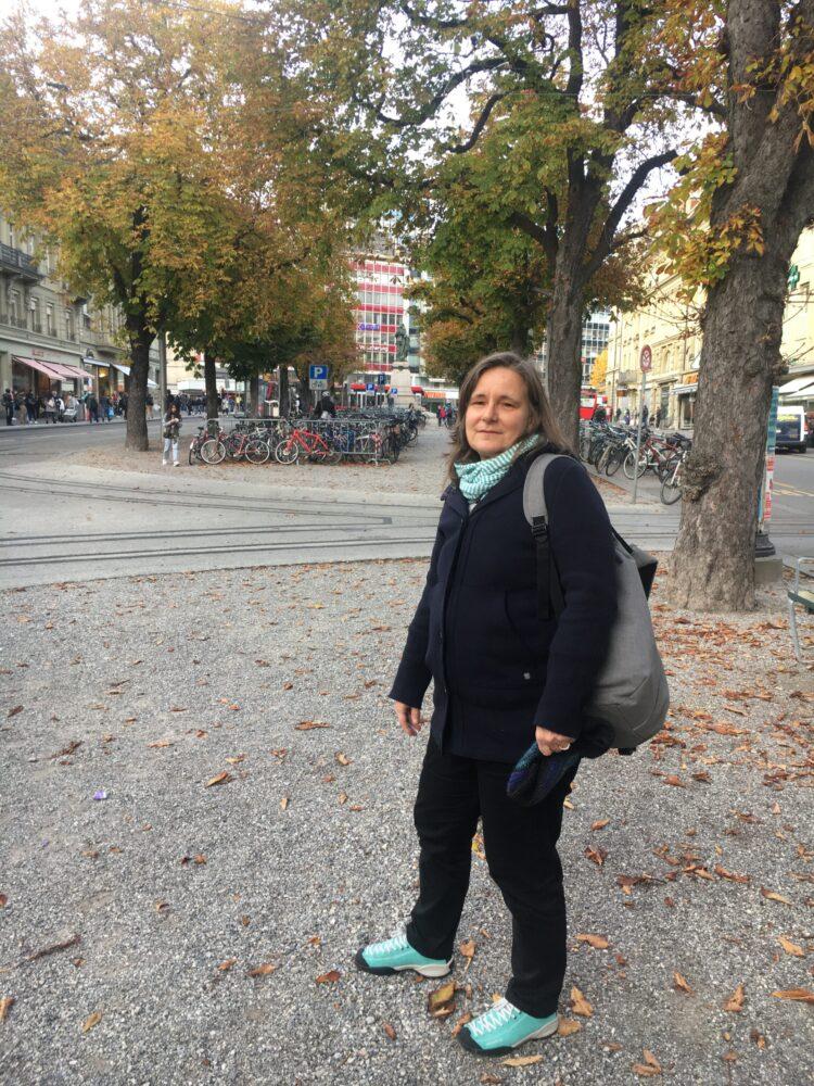 Simone Machado von der Grünalternativen Partei GaP an ihrem Unort beim Hirschengraben unter den alten Bäumen fordert auf das Abholzen der Bäume im Rahmen des Neubaus des Bahnhof Bern zu verzichten