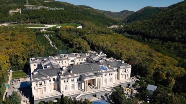 Hat der russische Präsident Putin seinen Palast mit Bestechungsgeldern gebaut?