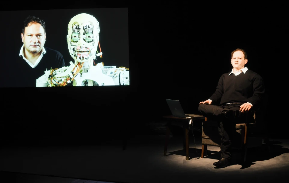 Schriftsteller Thomas Meller und sein Avatar in Uncanny Valley von Stefan Kaegi Rimini Protokoll
